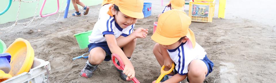 砂場で遊ぶ園児